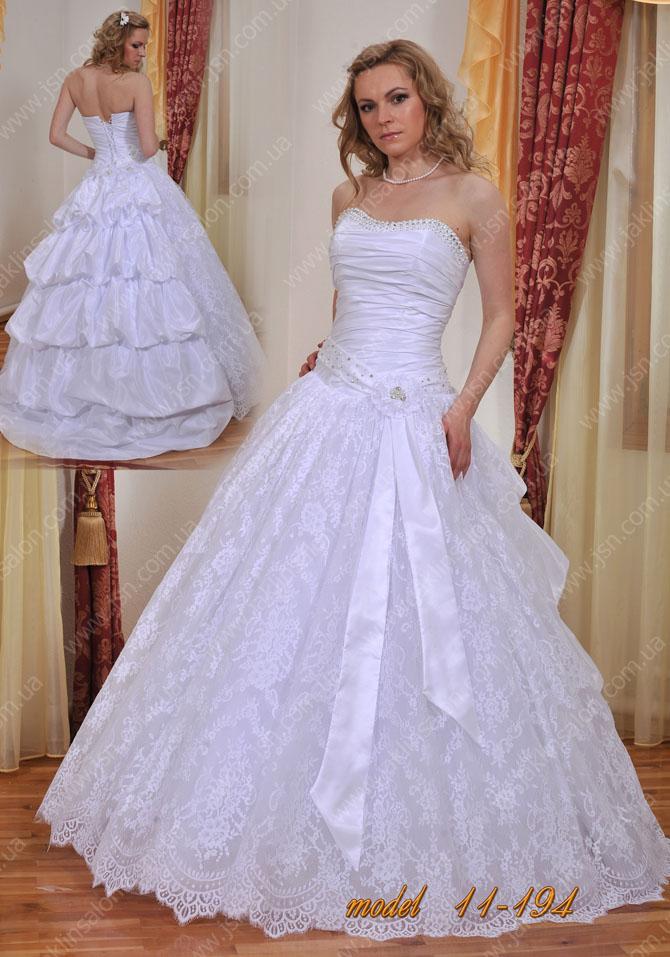 Пышные свадебные платья называют бальными и в соответствии с традициями моды украшается кринолином и подъюбником