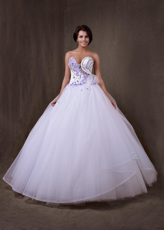 Свадебное платье украшено фиалками. Для оригинальной смелой невесты. В центре корсета прозрачная евро