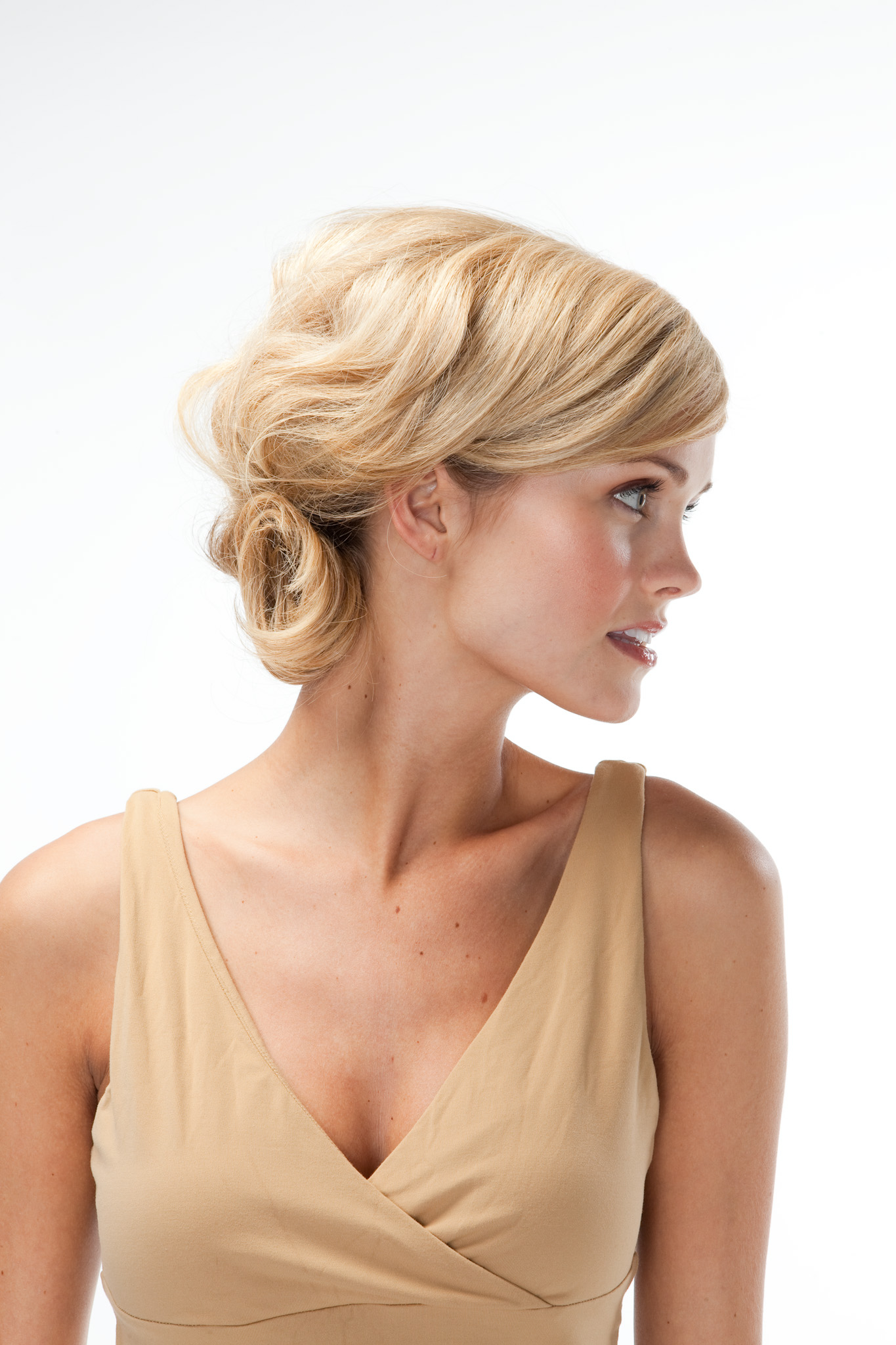 1-й Шаг: Для пучка на длинные волосы расчешите локоны и опустите голову вниз.  Прическа пучок на средние волосы с.