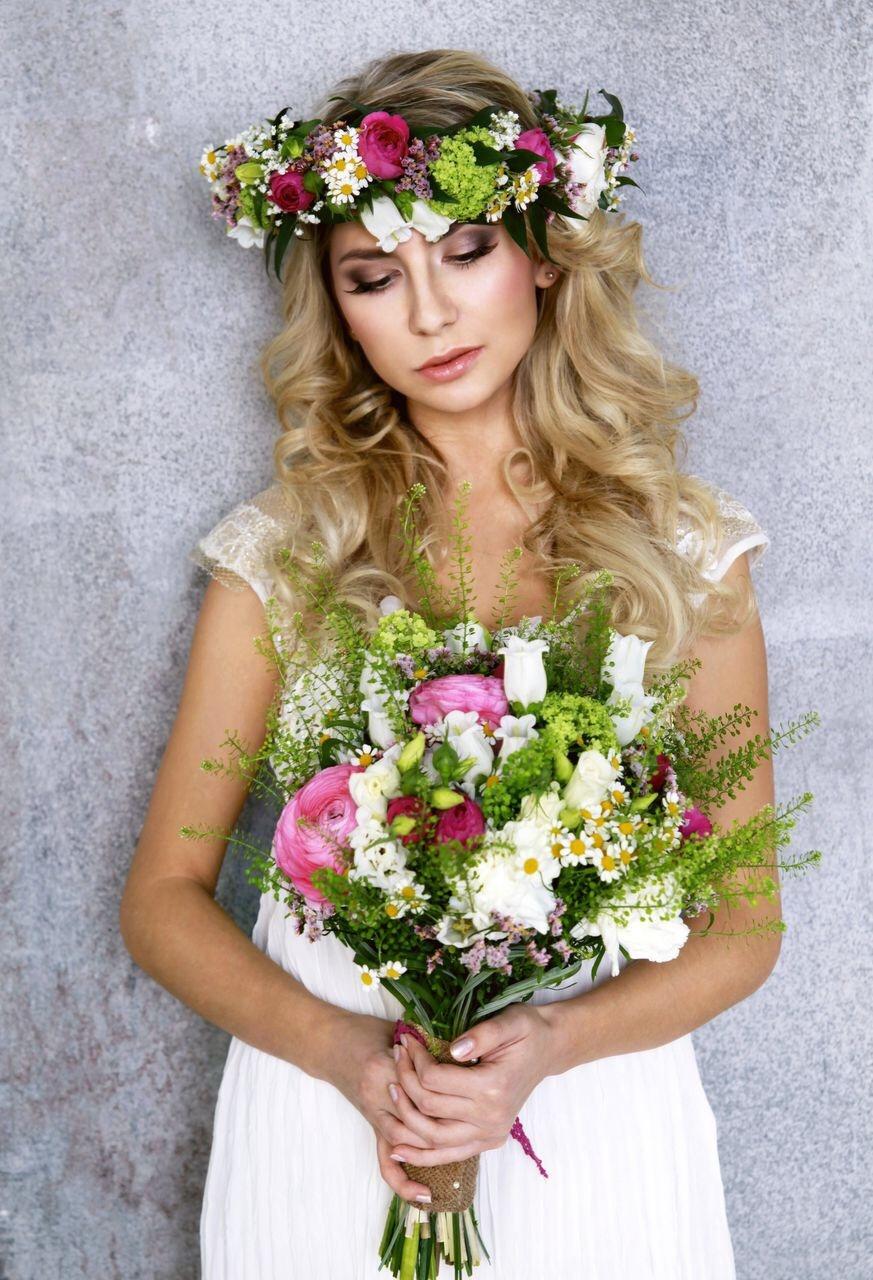Причёска под венок из цветов