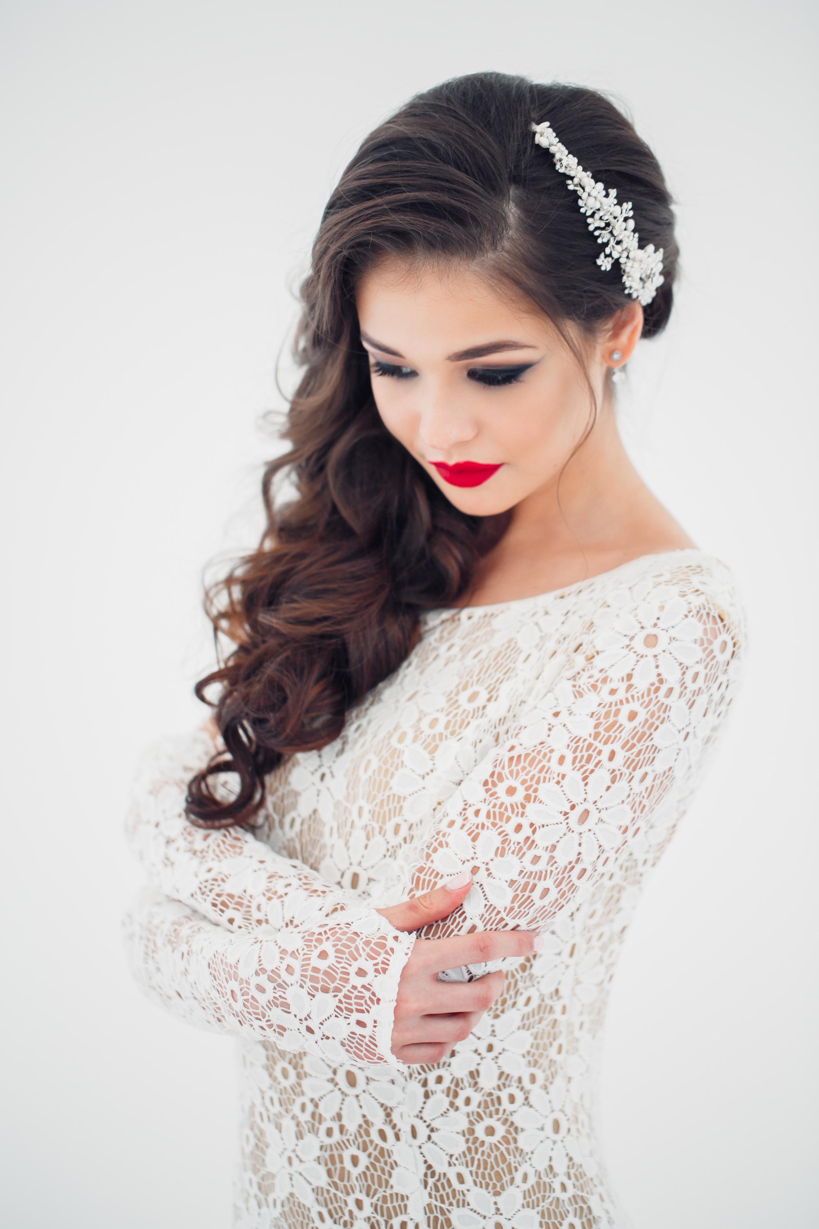 Свадебная прическа с фатой на бок на средние волосы