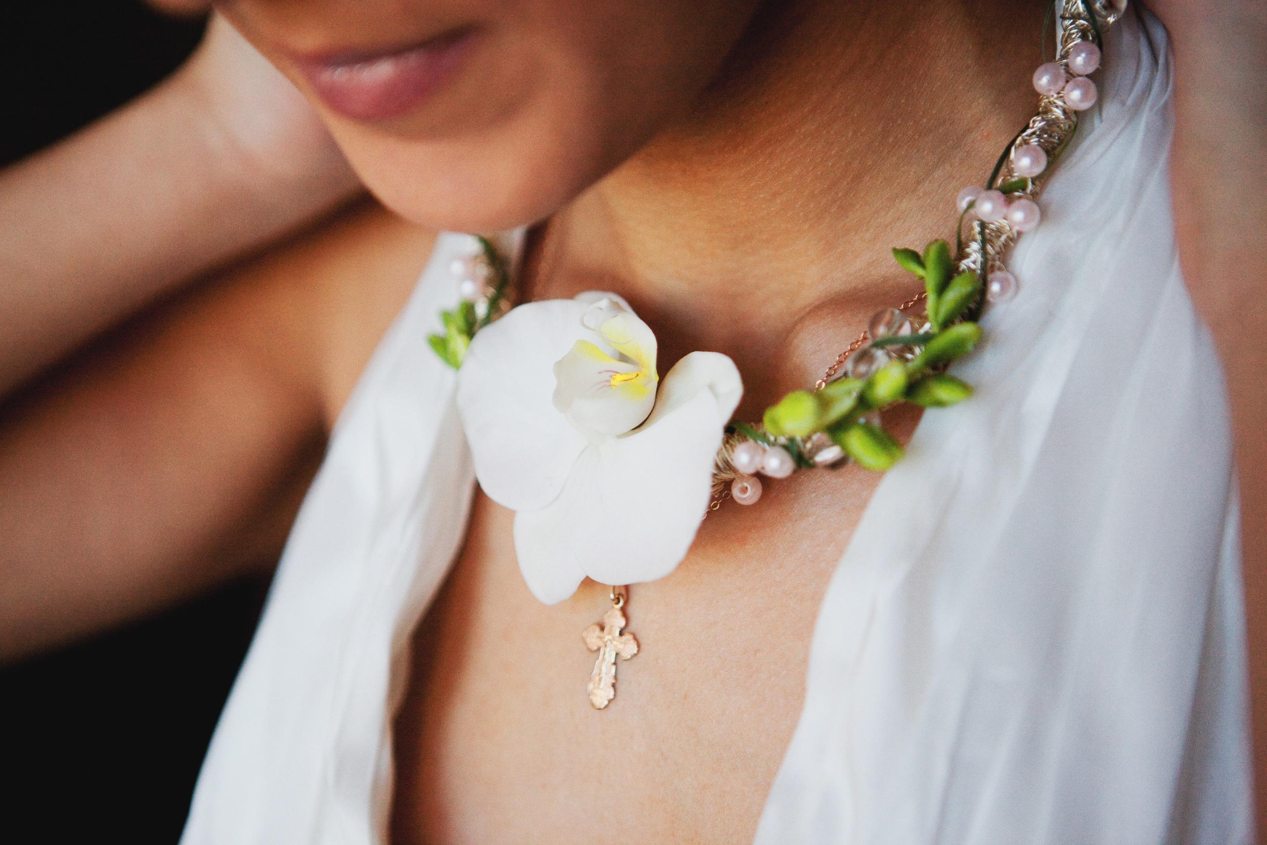 Как сделать украшения из живых цветов и эпоксидной смолы 11