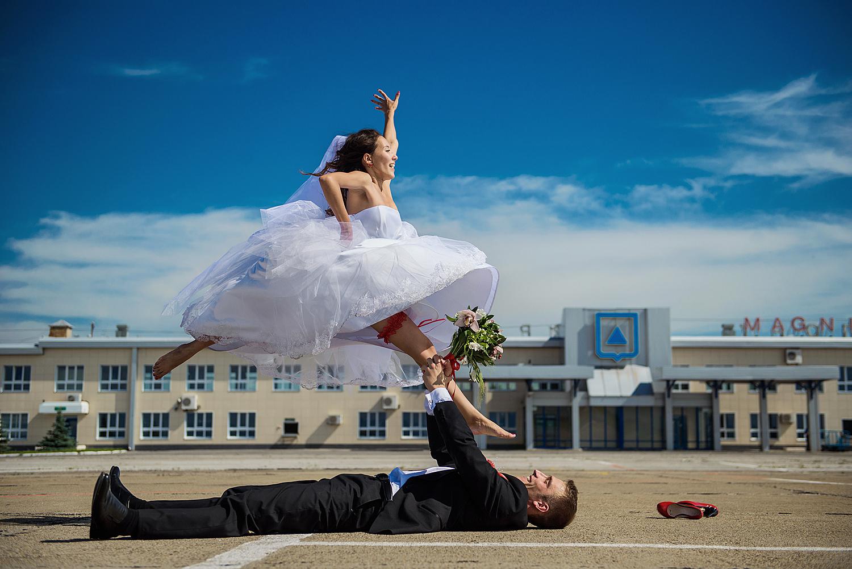 Свадьба фото в прыжке на