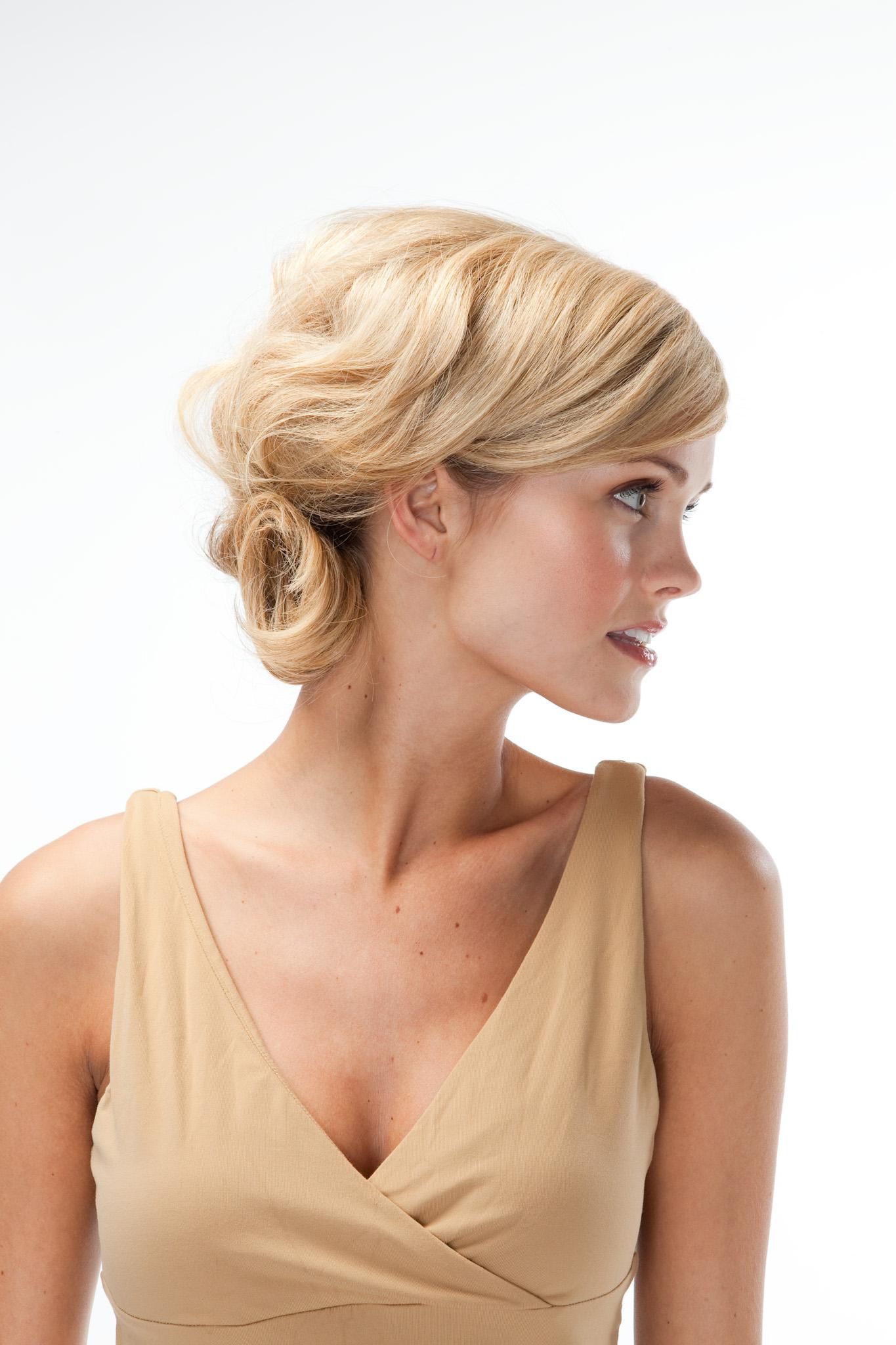 Высокая прическа на тонкие волосы средней длины