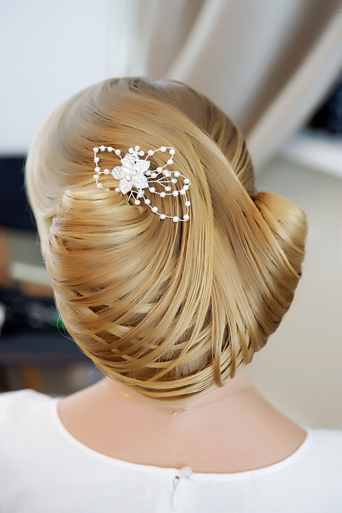 Прическа из волос на клипсах