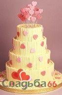 Свадебный торт в желтых тонах, украшенный сердечками.