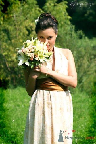 Невеста в бежевом свадебном платье с коричневым поясом и с букетом из лилий. - фото 77 ly4