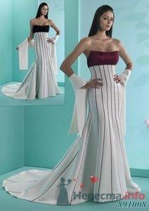 Свадебное приталенное платье со шлейфом, лифом бордового цвета и вертикальными бордовыми полосами. - фото 156 Невеста01