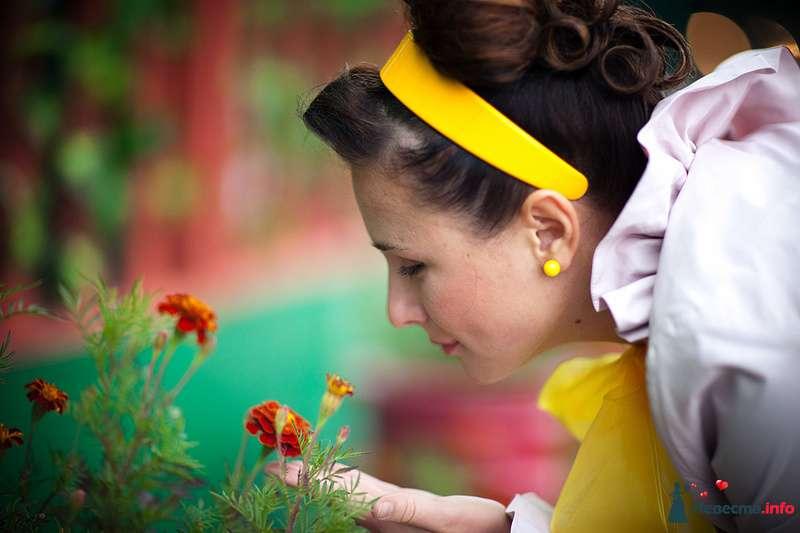 Нежный свадебный образ невесты подчеркнут прической на длинные волосы - собранные локоны, украшенные желтым ободком - фото 123838 Фотограф Ольга Кедрова