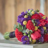 Весенний букет невесты из сиреневых эустом, красных тюльпанов и красных цветов целозии