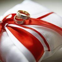 Белая подушечка для колец с красными лентами