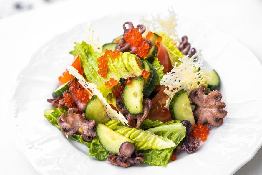 """Салат овощами, сыром, осьминогами и красной икрой - фото 19671091 Свадебная площадка """"Ранчо"""""""