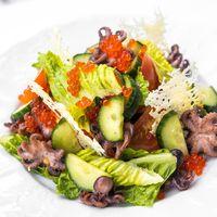 Салат овощами, сыром, осьминогами и красной икрой