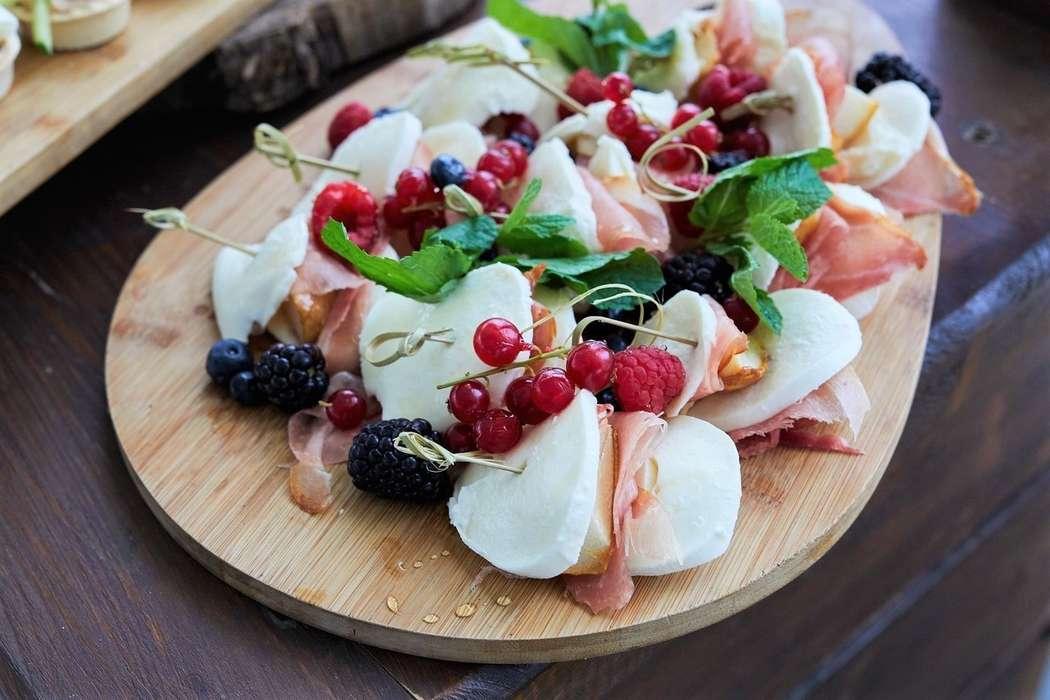 """Моцарелла с сахарной грушей и сыровяленым окороком - фото 19671113 Свадебная площадка """"Ранчо"""""""