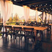 Терраса для камерной свадьбы за городом у воды. Загородная свадебная площадка Ранчо.