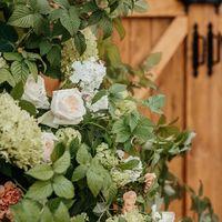 Малиновые ветки в свадебном декоре арки для церемонии