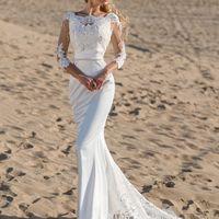 Атласное платье с кружевом на спине