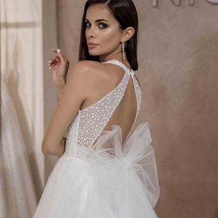 Стильное платье с вырезом на спине