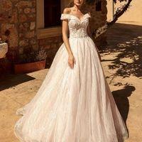 Нежное платье со спущенными плечами
