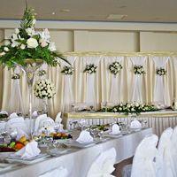 Севастополь, свадебный банкет, цветочные композиции в декоре стола молодожёнов, столов гостей, ширмы, 2012г