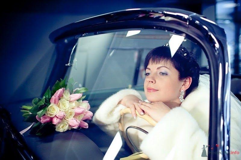 Невеста сидит за рулем в машине, рядом лежит букет цветов - фото 74531 Алеся Викторовна
