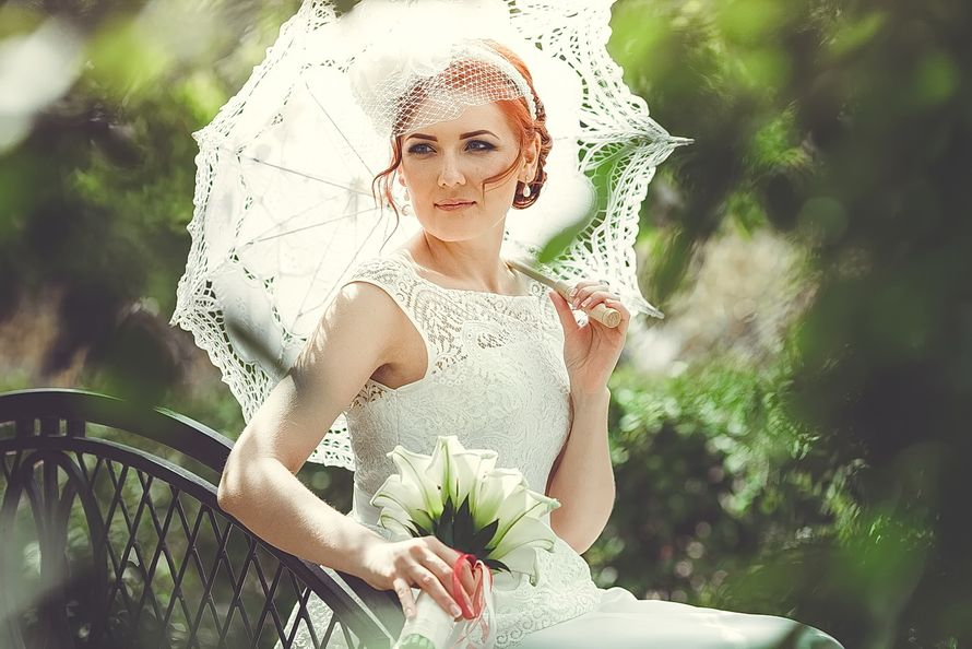 Причёску невесты украсила белая вуалетка с цветком а в руке невеста держит белый  кружевной зонтик ручной работы - фото 3447611 Свадебная фото-видео студия Василия Алексеева