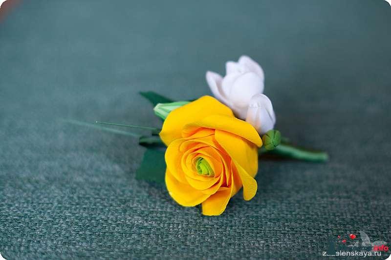 Бутоньерка из полимерной глины в виде желтой эустомы и белой фрезии, декорированная зеленой атласной лентой  - фото 108556 Shuga
