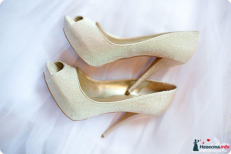 Золотые блестящие туфли на высоком каблуке,  с открытым носком