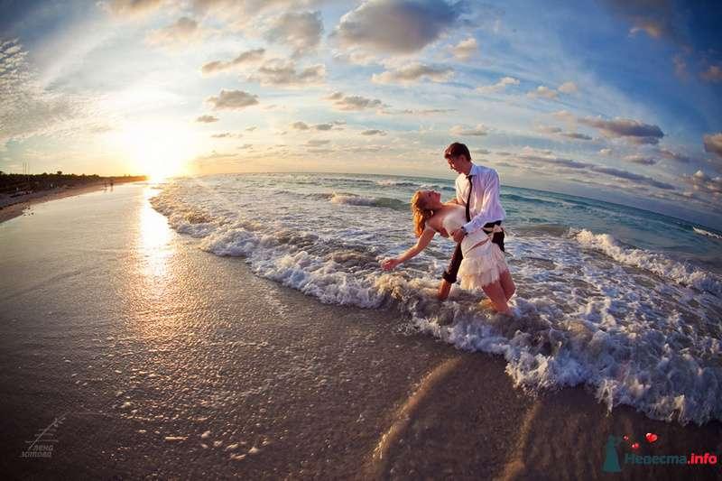 Жених и невеста, прислонившись друг к другу, стоят на пляже у моря - фото 84057 Tysya2000