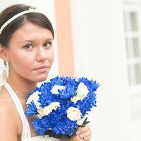 Букет невесты из белых роз и голубых астр