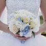 Нежный букет невесты из голубых гортензий, белых роз и эустом