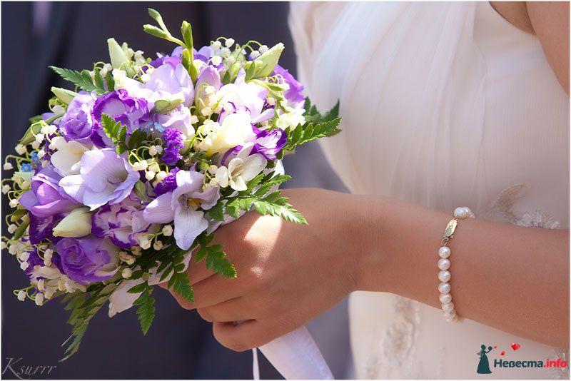 Букет невесты из белых эустом и сиреневых фрезий, дополненный зеленью и белой лентой  - фото 110297 allidel