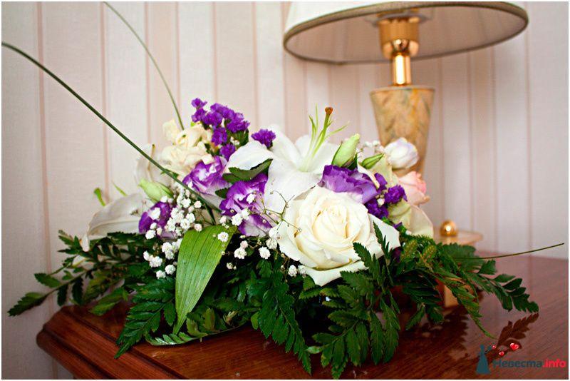 Букет из кремовых роз, лизиантуса, гипсофилы, лилии и папоротника.