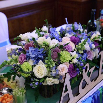 Сиренево-голубая композиция на стол молодых