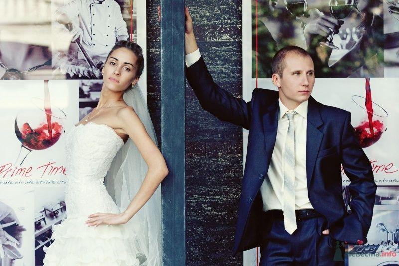 """Классический синий костюм """"двойка"""" с белой рубашкой и белым полосатым"""