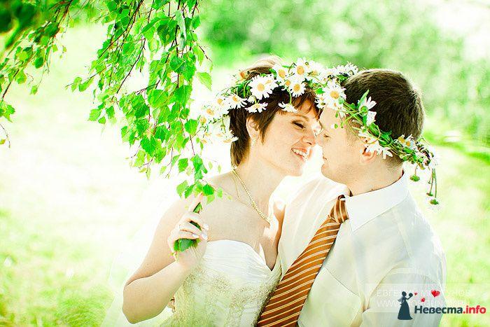 Жених и невеста с венками на голове стоят, прислонившись друг к другу, в лесу - фото 95920 Litaчка