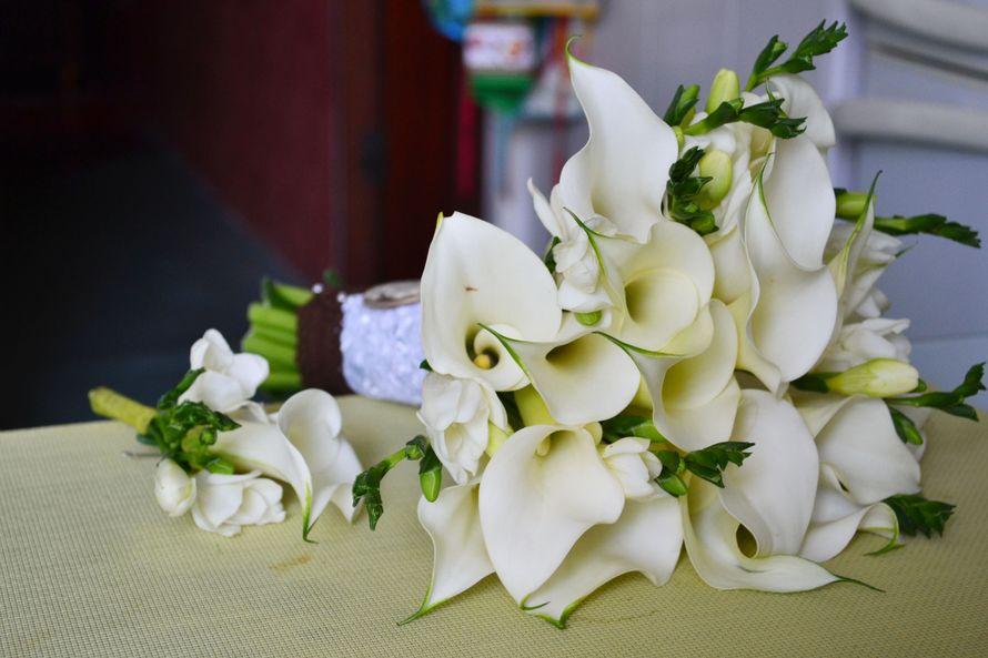 Свадебный букет, букет невесты фрезии антуриум каллы цветы