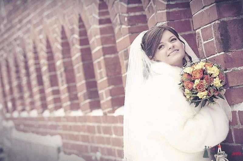Невеста в белом платье стоит у кирпичной стены - фото 61344 Sane4ka