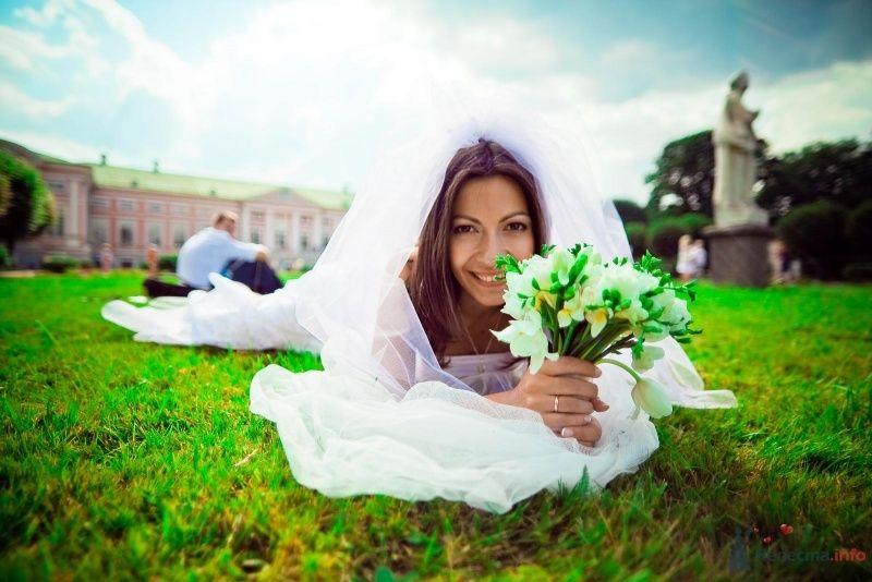 Невеста с букетом цветов лежит на траве - фото 54373 Anjuta