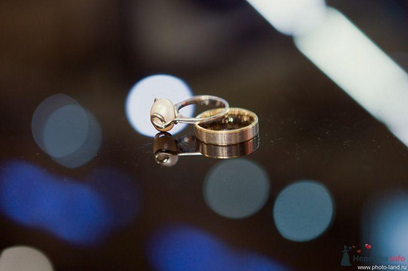 Обручальные кольца из желтого золота. Кольцо невесты, украшено большой жемчужиной. - фото 72421 Свадебные фотоистории от Андрея Егорова