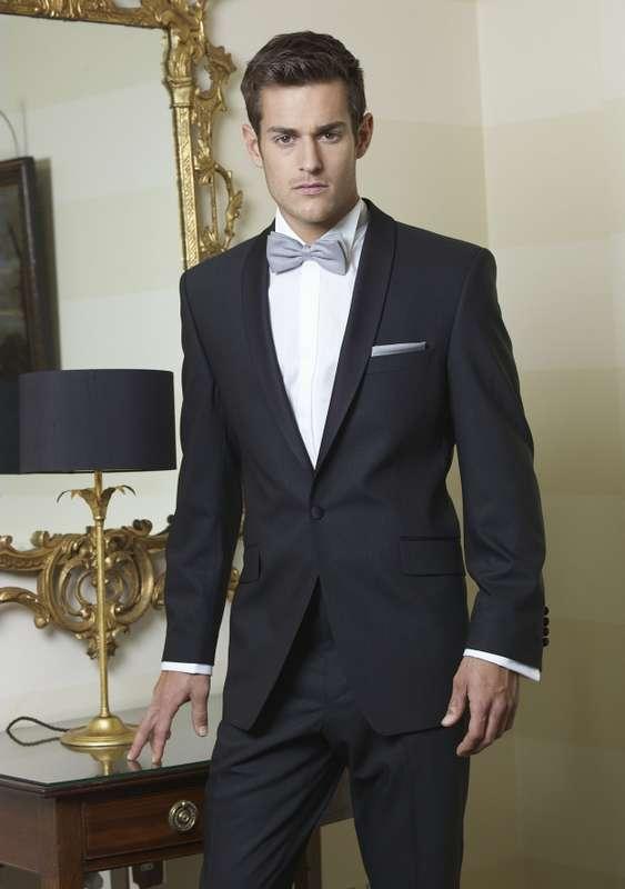"""Черный костюм жениха """"двойка"""" с серой бабочкой, белой рубашкой и серым платком в кармане пиджака - фото 622613 Салон свадебной и вечерней моды """"Barsonini"""""""