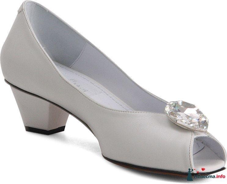 Белые туфли на небольшом каблуке, с открытым носком спереди камень. - фото 84225 sashura