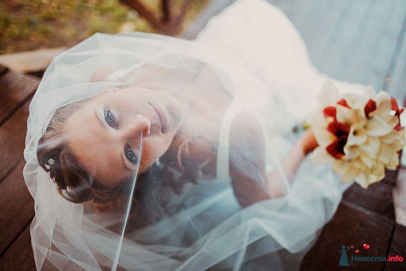 Невеста в белом длинном платье с букетом цветов в руках - фото 88975 Свадебный фотограф. Татьяна Гаранина