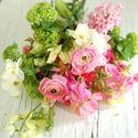 Зелено-розовый букет невесты из фиалок и ранункулюсов в стиле Шебби Шик