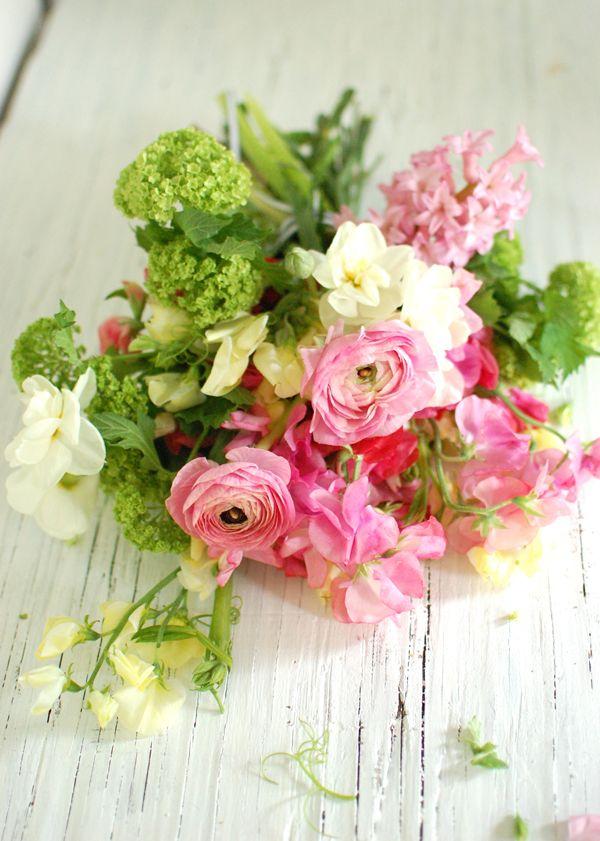 Зелено-розовый букет невесты из фиалок и ранункулюсов в стиле Шебби Шик - фото 1923375 Ведущий Дмитрий Симанчук