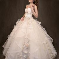 Королевское свадебное платье. Вся вышивка и цветы - ручная работа. Выполнено из высококачественного шифона.