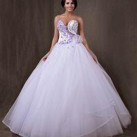 Свадебное платье украшено фиалками. Для оригинальной смелой невесты. В центре корсета прозрачная евро-сетка. В нём вы будите индивидуальна и неповторима.