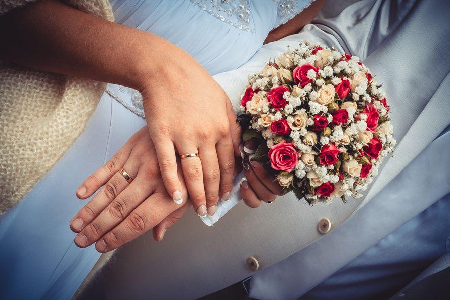 Букет невесты в круглом стиле из белых танацетумов, персиковых и ярко-розовых роз - фото 3041071 Алексей Кудряшов - видео и фото