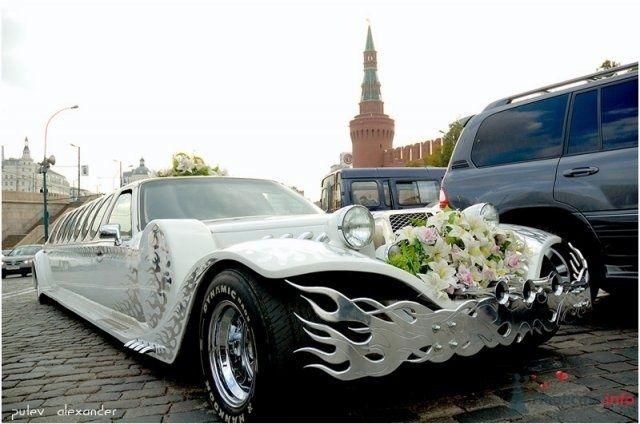 Необычный белый лимузин, украшенный цветами, на Красной площади.