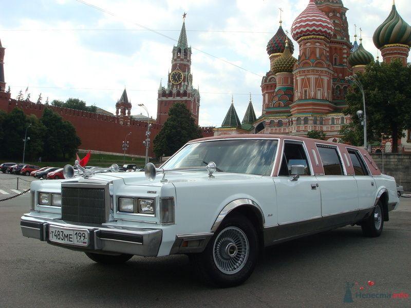 "Бело- розовый ""Rolls-Royce"" на Красной площади на фоне храма."